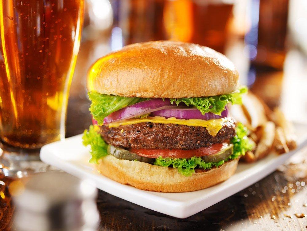 La viande hachée de sanglier procure un hamburger au goût incroyable